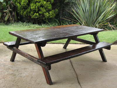 Strong and sturdy: a table and seat combination made of railway sleepers. Ideal for outdoor life